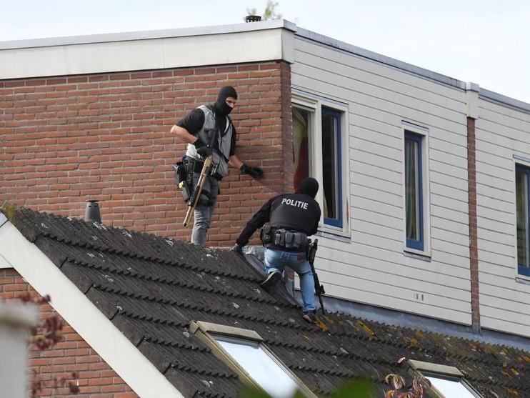Man met mes weigert van dak te komen in Voorschoten