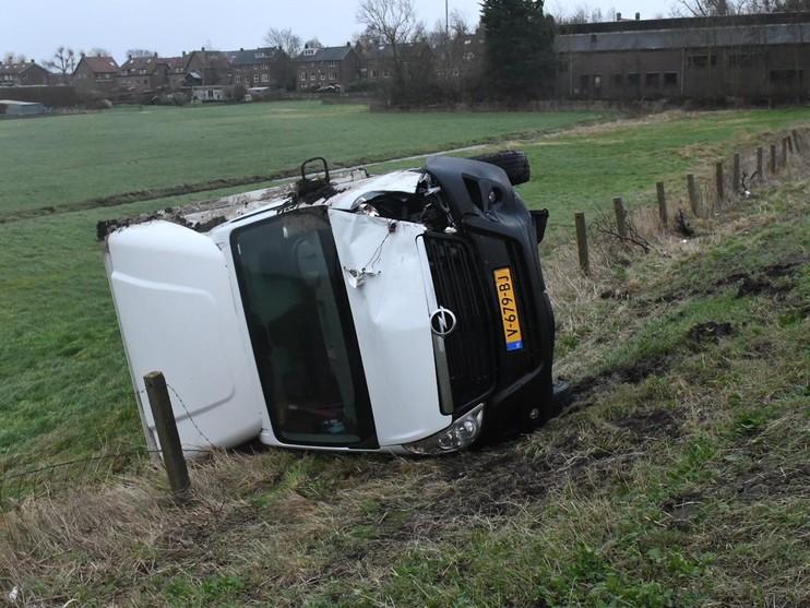 Lesauto en kleine vrachtwagen gebotst in Hazerswoude-Dorp
