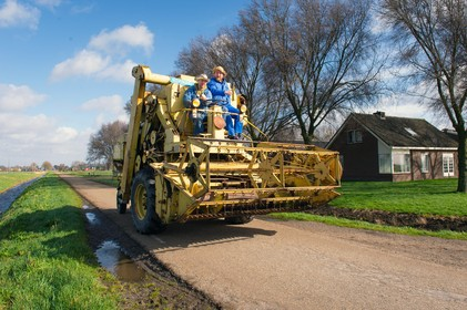 Combine Cowboys met 15 kilometer per uur uit Zeeland naar Broek in Waterland: 'Staat leuk in de tuin'