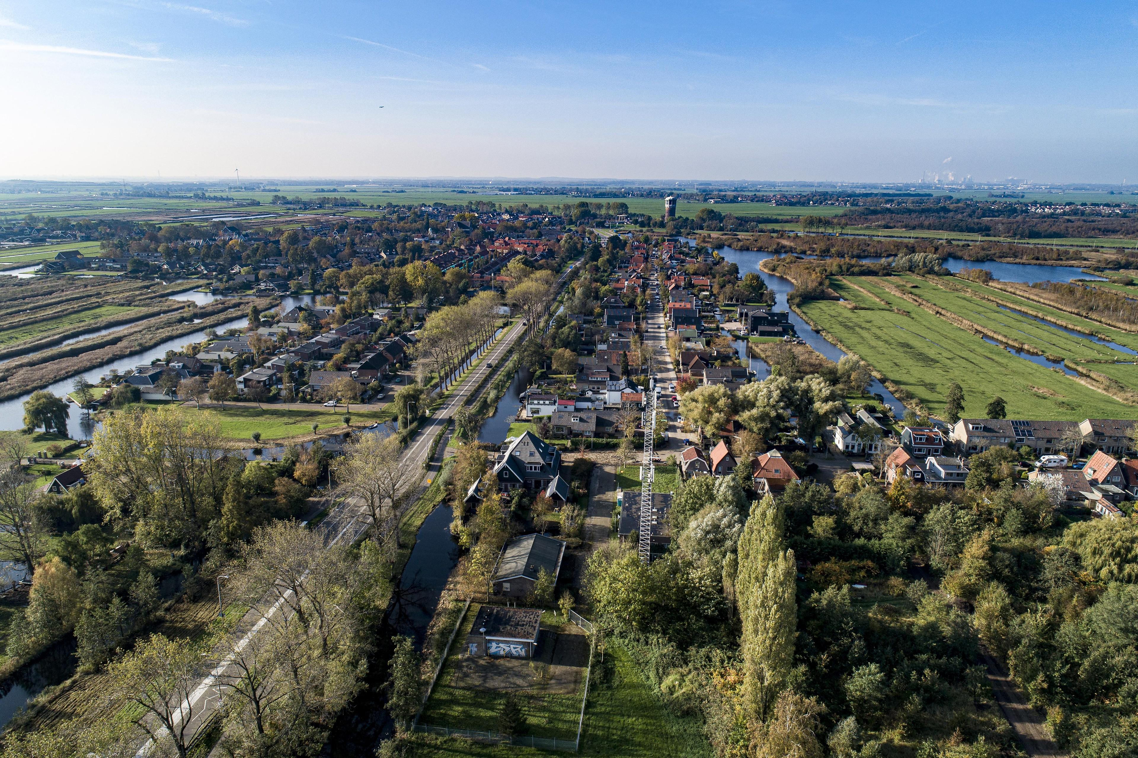 Lang lint Westzaan met lange geschiedenis (luchtfoto) - Noordhollands Dagblad