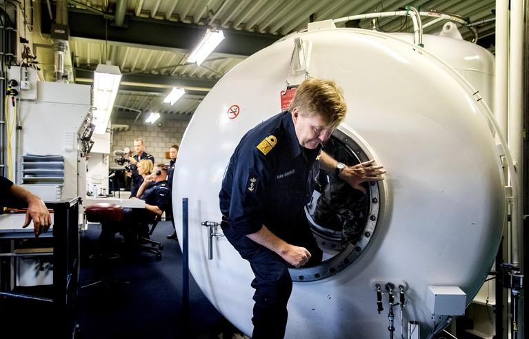 Koning op bezoek in Den Helder bij Mijnendienst en Duikgroep