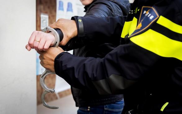 Verdachte naar politieverhoor onder invloed van drugs en met messen in auto