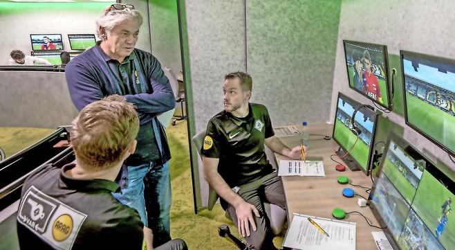 Meekijken met videoscheidsrechter: 'Verrijking voor het voetbal'