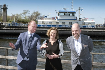 Henk Mooy moet nóg twee jaar lang omfietsen om het Noordzeekanaal over te steken