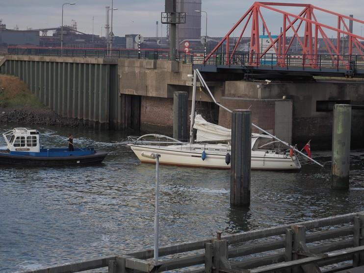 Jacht klem tussen bruggen bij Kleine Sluis IJmuiden