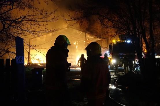 Bewoners Zeugweg zich niet bewust van uitslaande brand in schuur; buurman slaat alarm bij naar bed gaan