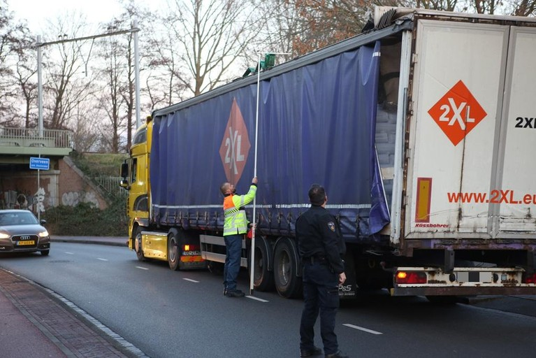 Vrachtwagenchauffeur aangehouden na beschadigen spoorviaduct Haarlem