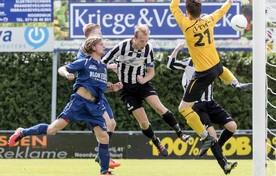 Mike Verhoek kopt net naast namens SJC, eerder dit seizoen in de thuiswedstrijd tegen Hollandia.