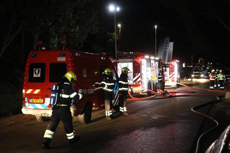 Vlammenzee op terrein autobedrijf in Vijfhuizen [video]