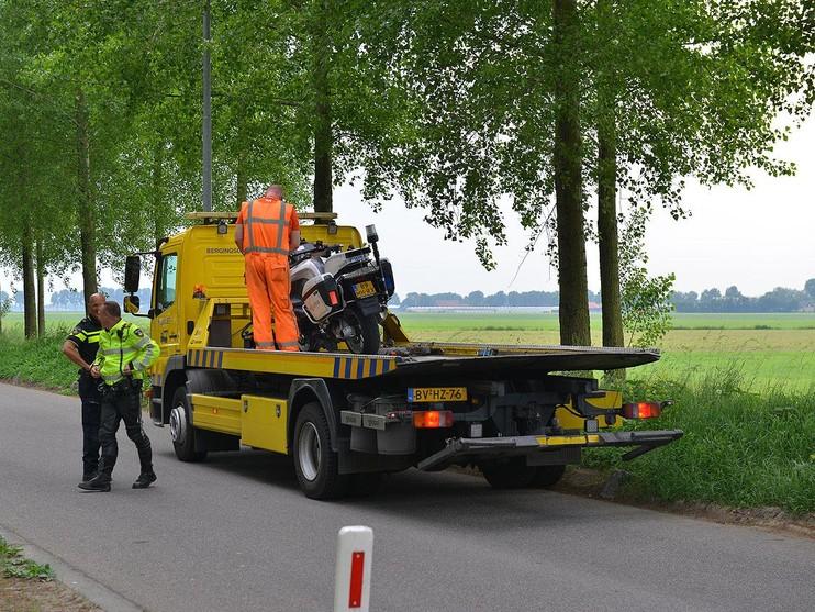 Automobilist botst op betonblok en valt motoragent aan in Hoofddorp