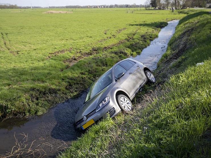 Automobilist belandt in sloot bij uitwijkmanoeuvre in Spaarndam