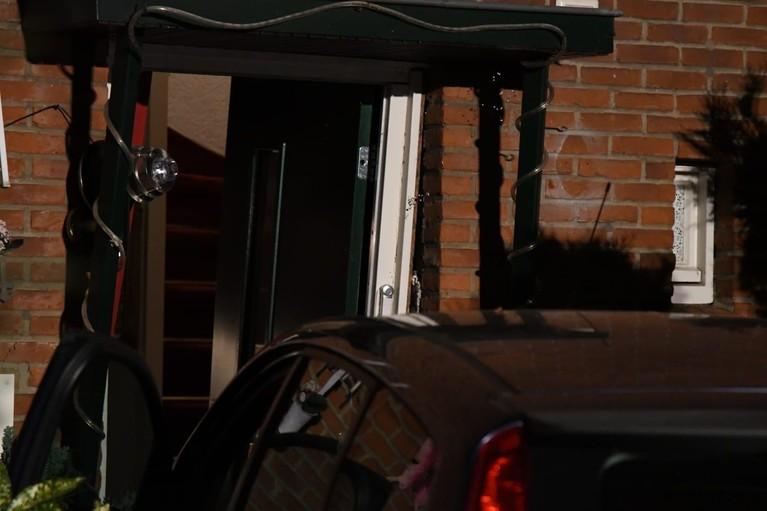Man rijdt met auto eigen voortuin binnen in Hilversum