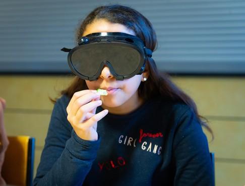 Lina waagt zich bij het blind proeven aan komkommer