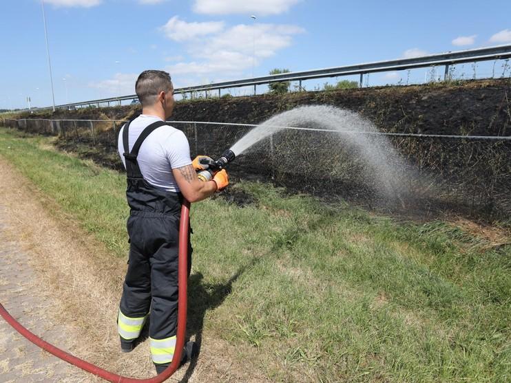 File op A9 door bermbrand bij Spaarndam