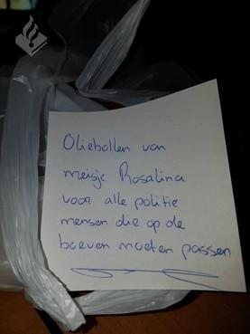 Rosalina (7) bezorgt oliebollen bij politie in Den Helder