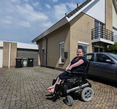 Enkhuizen betaalt traplift niet voor jonge vrouw met spierziekte: Wie helpt Stephanie omhoog?