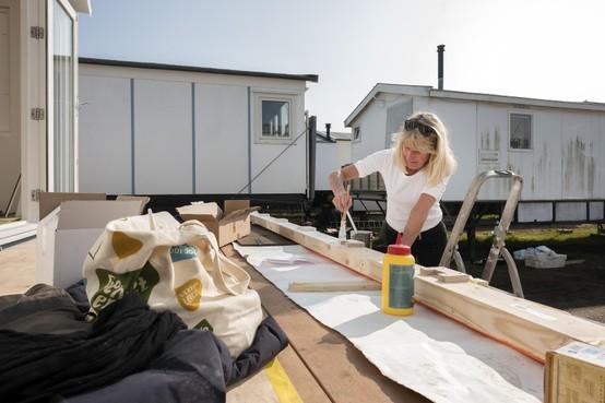 Maartje staat te popelen om het IJmuiderstrand op te gaan met haar huisje