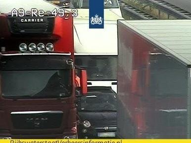 Truckers rijden auto klem op A9 bij Velsen [update]