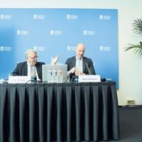 Ben Knüppe (L), voorzitter Stichting Staatsloterijschadeclaim en Niels Onkenhout, CEO Staatsloterij tijdens de persconferentie in Nieuwspoort, waarop de heren hun deal bekend maken.