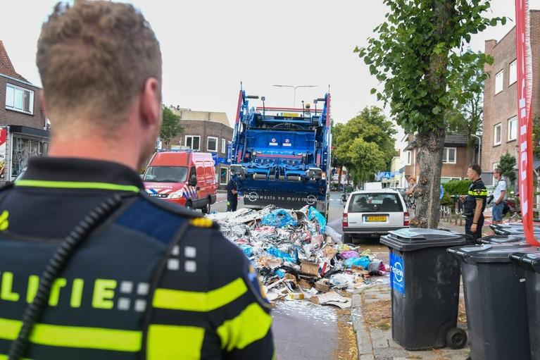 Brandje in vuilniswagen in Hilversum, lading vuilnis op straat gedumpt