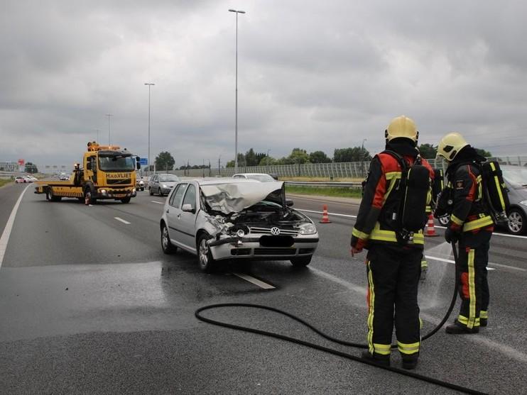 Auto meegesleurd door vrachtwagen op A4