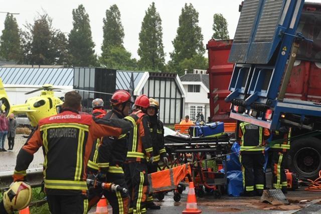 Drie gewonden bij groot ongeval met vrachtwagens en auto's bij Boskoop, N207 dicht [video].