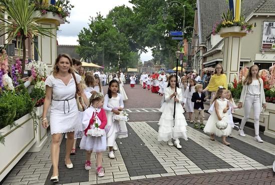 Het warme bad van de processie in Laren