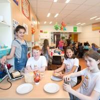 De leerlingen van Montessori Purmerend doen met 'Tosti Paradise' mee aan       Ontluikend Ondernemen. Vlnr: Zahra, Bas, Jamie, Kaj.
