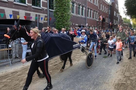 Winnaar Draverij Enkhuizen trakteert jeugd op koetjesrepen