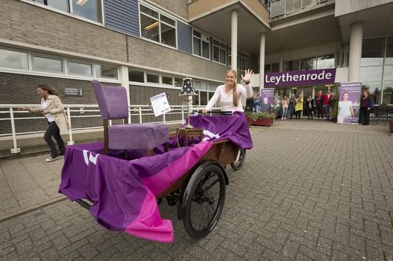 Verpleeghuisdirecteur Brigitta Weimar fietst van Leythenrode naar Oudshoorn: 'Op zoek naar nieuwe medewerkers'