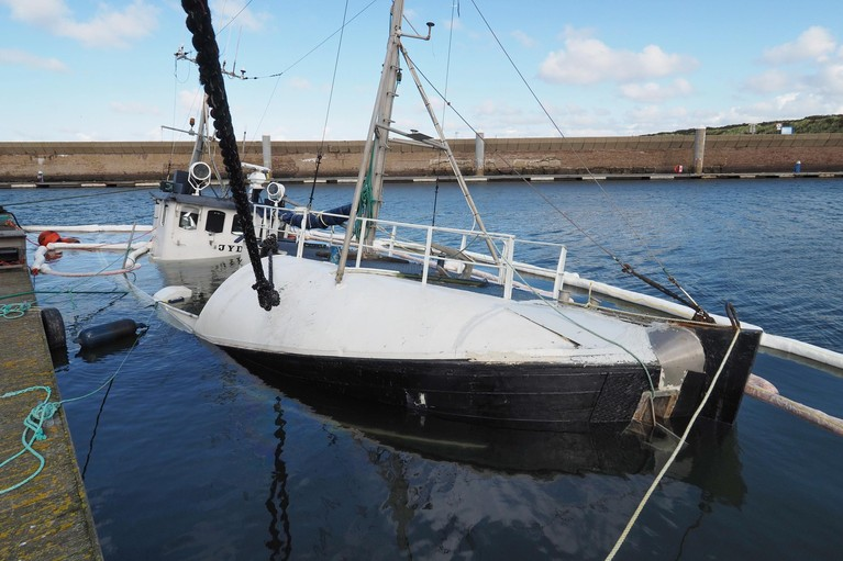 Vissersboot zinkt in Marina Seaport IJmuiden aan Zee