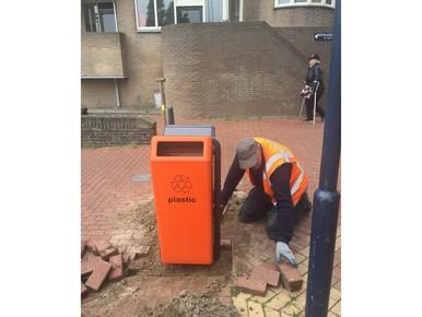 Centrum kleurt oranje met afvalbakken