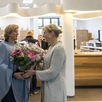 VVD fractievoorzitter Suzanne Oortmans Gerlings (links) felicieert apotheker Annemarie Smulders.