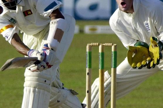 Ajax (L) blijft wisselvallig cricket spelen