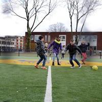 Kinderen voetballen volop op het populaire Cruyff Court.