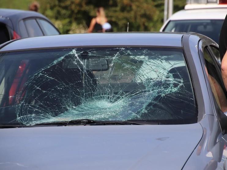 Fiets met kind in zitje geschept door auto in Katwijk