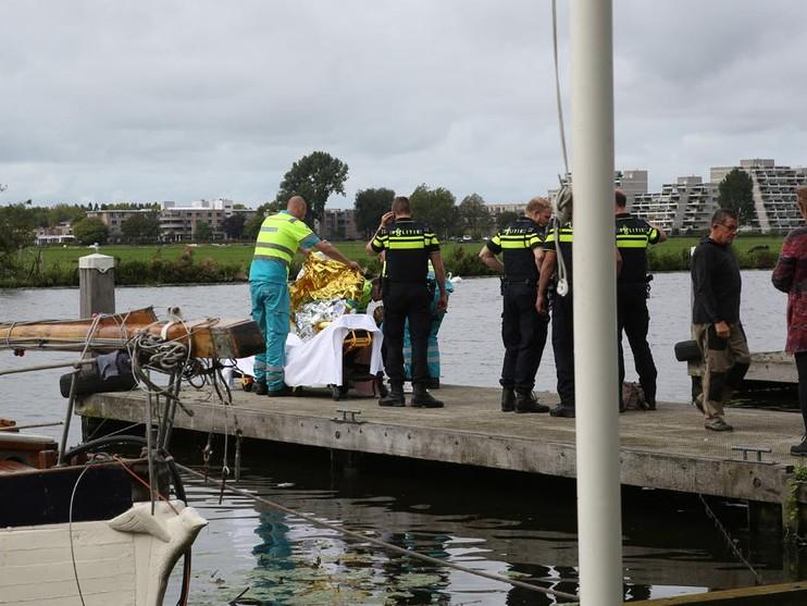 Agenten redden vrouw uit water in Haarlem