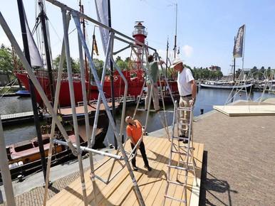 Loom wegdromen op reuzenschommel aan Helderse haven