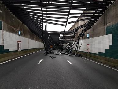 Vrachtwagen ramt plafond Zeeburgertunnel