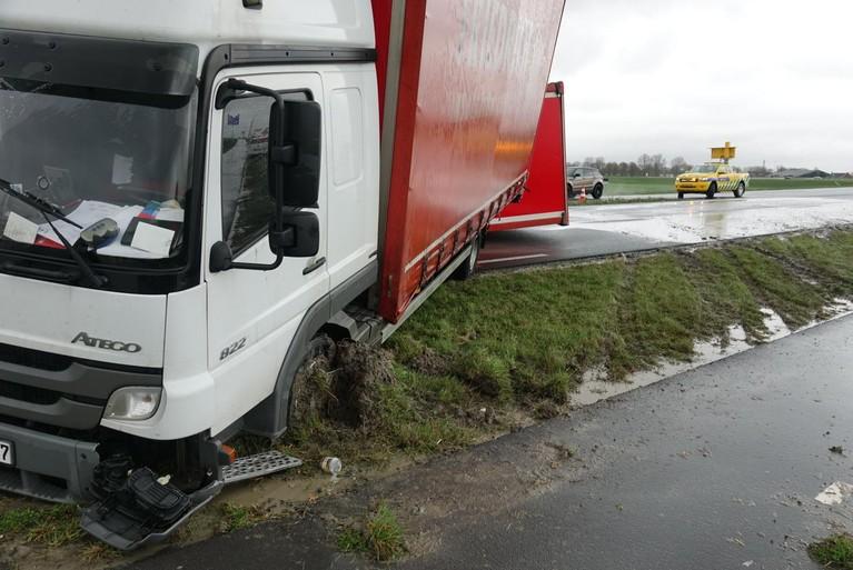 Aanhanger vrachtwagen gekanteld op N244 bij Edam [update]