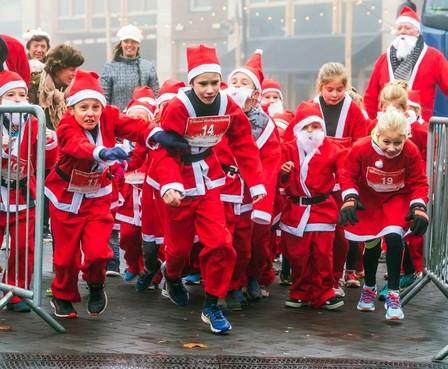 Kerstkinderen hollen door Heerhugowaard