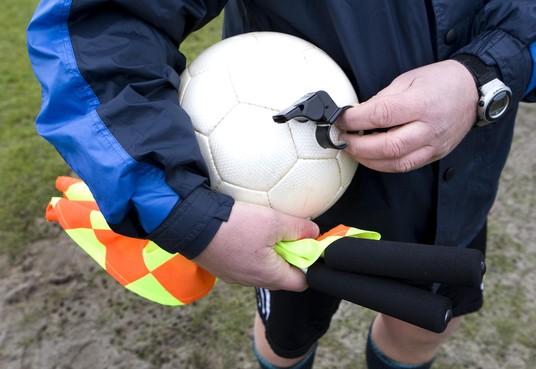 Scheidsrechter belaagd tijdens Dynamo - Woudia: wedstrijd gestaakt