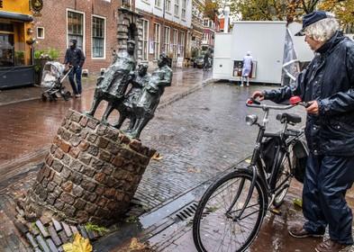 Winkelende dames van Verkade onderuit op Haarlemse Proveniersplein