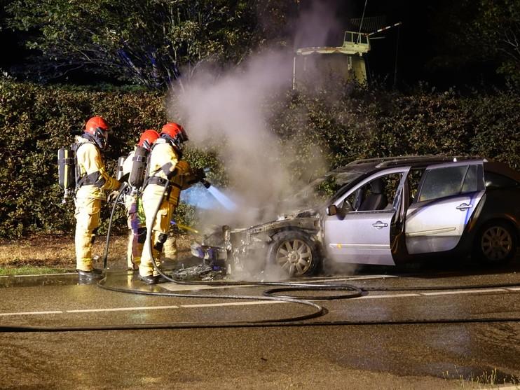 Auto verwoest door brand in Volendam