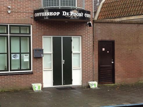 Geen weigeringsgronden bij verlenging vergunning Enkhuizer coffeeshop De Poort: 'Shop lijkt een helend effect op buurt te hebben'