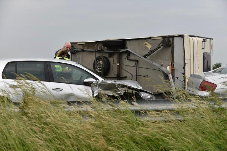 Caravan kantelt op A7 bij Twisk door botsing bij inhalen