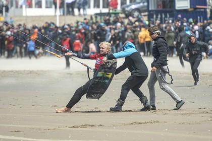 Noordwijkse kitesurfer geniet van harde wind in Zandvoort