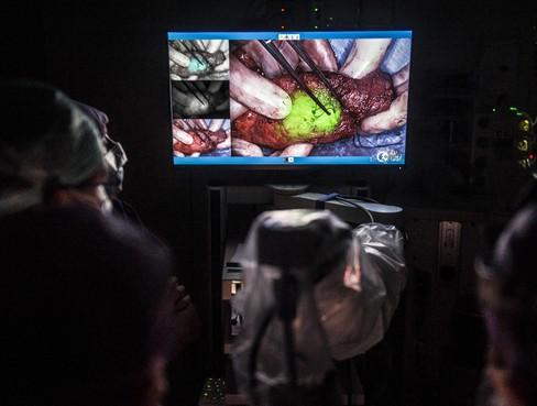 'Glow in the dark' bij opereren van endeldarmkanker kan levens redden. Chirurg: 'Ik ben er extreem enthousiast over'