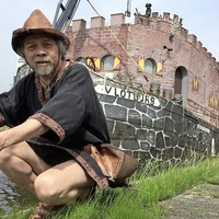 'Ridder' Lenny Vries bij zijn varende kasteel.