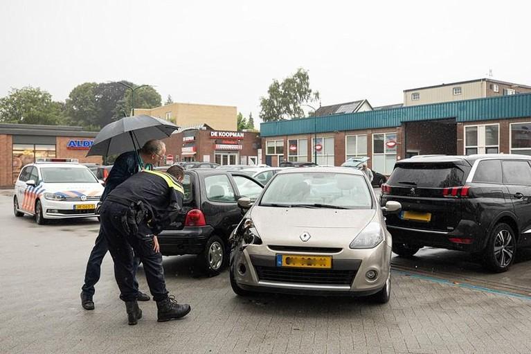 Bestuurster zorgt voor veel schade op parkeerplaats in Baarn; twee auto's weggesleept door berger